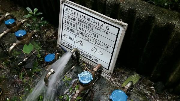 台灣自來水公司第一區管理處處長董書炎表示,派同仁去查該住戶與鄰居的外表水管水質,水質正常。(記者俞肇福翻攝)