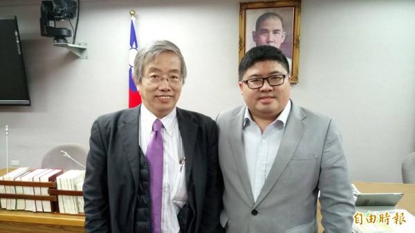 前台大法律系教授陳志龍(左)與立委蔡易餘(右)參加立法院舉辦的「限制出境法制化」公聽會。(記者張文川攝)