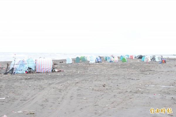 每年11月開始至隔年2月,宜蘭河口就會出現許多蒙古包。(記者林敬倫攝)