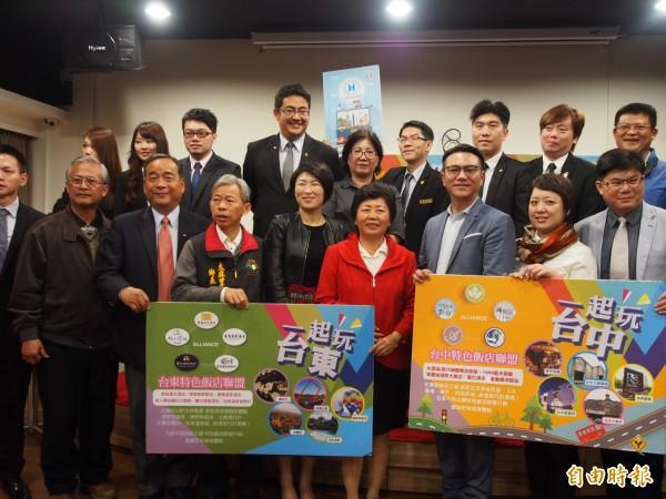 大武國中校長許志民(前排左一)想提升母校學生學力,台灣特色飯店聯盟出手相助。(記者王秀亭攝)