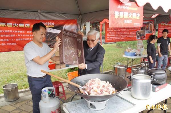 全國薑母鴨料理王競賽在雲林熱鬧登場,縣長李進勇也下場秀一下廚技。(記者詹士弘攝)
