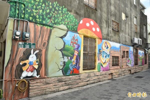 北港義民里巷弄圍牆的童話故事彩繪。(記者黃淑莉攝)