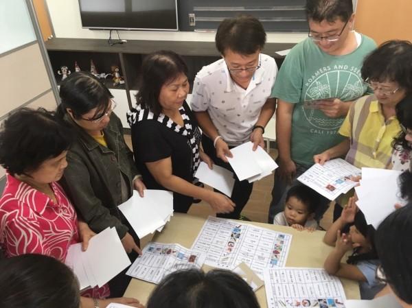 阿公阿嬤對於祖孫學英語課程反應熱烈,未來研擬擴大辦理。(記者劉婉君翻攝)