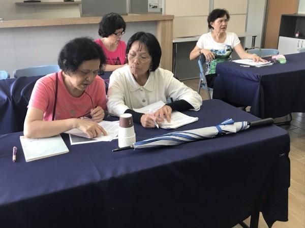 祖孫學英語課程利用台南市政府英語資源網及「哈單字APP」學習,內容包括英語ABC與資源介紹、台南有趣談、台南半日遊、大家說英語、童玩英語、英語歌謠帶動唱等。(記者劉婉君翻攝)