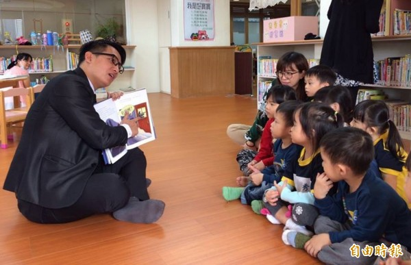 鄰近秀林鄉立圖書館的秀林國小附設幼兒園,邀請家長輪流進駐圖書區,擔任一日「故事爸媽」,為學童分享繪本故事、推廣閱讀教育,拉近親子距離。 (記者王峻祺攝)