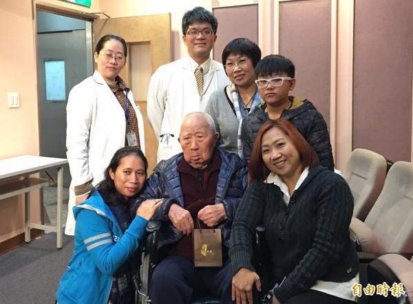 戴爺爺經中榮居家醫療團隊介入治療後,改善健康和一家人的生活品質。(記者蔡淑媛攝)
