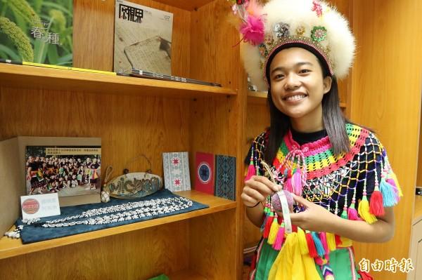 興大原民中心設有「原民格子」,展示各族的手工藝品等,展「原味」。(記者蘇孟娟攝)