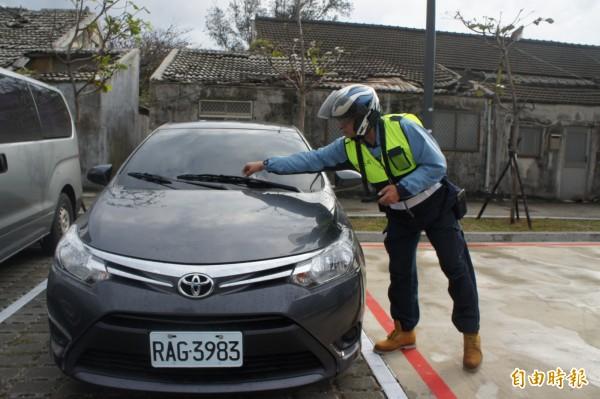 澎湖停車收費由收費員開單,放置在車輛上面,再由車主前往超商繳費。(記者劉禹慶攝)