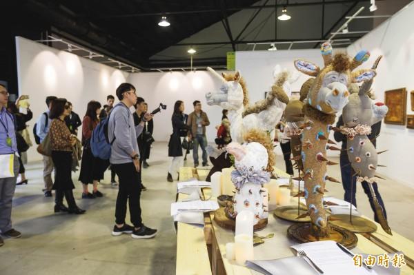 南台灣兩大藝術盛事「高雄藝術博覽會」與「高雄漾藝術博覽會」,今年首度在駁二聯袂登場。(記者黃佳琳攝)