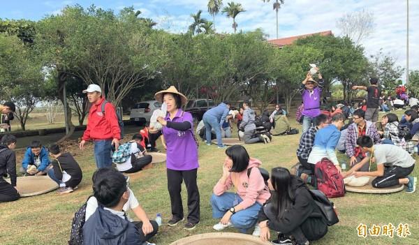 新北市東山高中師生造訪南投縣名間鄉七星陣地公園碉堡後,還體驗製茶活動,受益良多。(記者謝介裕攝)