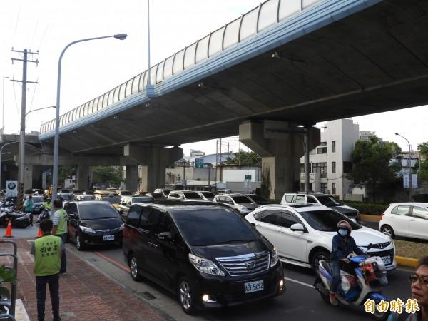 鼎金系統交流道周邊的民族、大中路口,車流經常堵塞,形成交通大瓶頸。(記者葛祐豪攝)