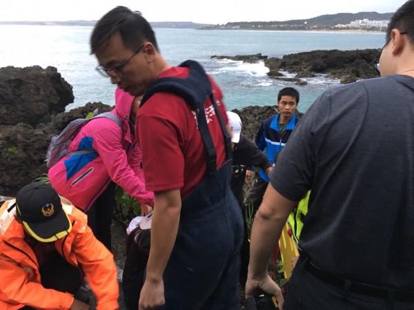 學生墾丁畢旅摔落石洞,警消8人即刻救援。(記者蔡宗憲翻攝)