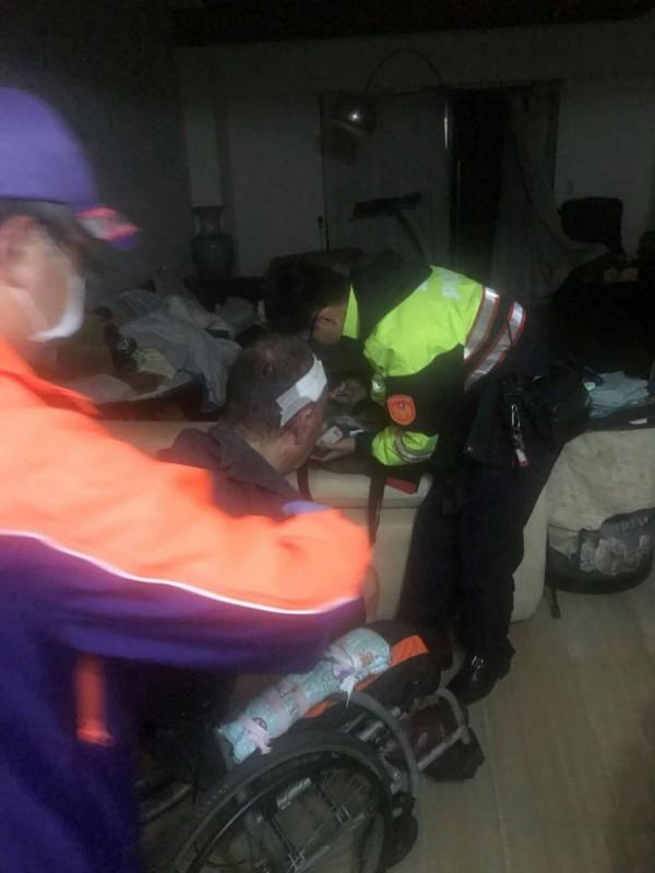 桃園市一名獨居的63歲李姓男子,昨晚服用安眠藥後,因藥效突然發作,頭暈失足撞到牆角,倒臥血泊中,經警方趕抵、協助送醫,救回一命。(記者魏瑾筠翻攝)