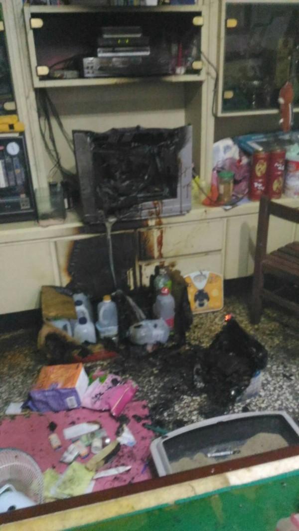 宜蘭縣員山鄉今天下午發生一起住宅火警,客廳電視冒出陣陣濃煙。(記者簡惠茹翻攝)