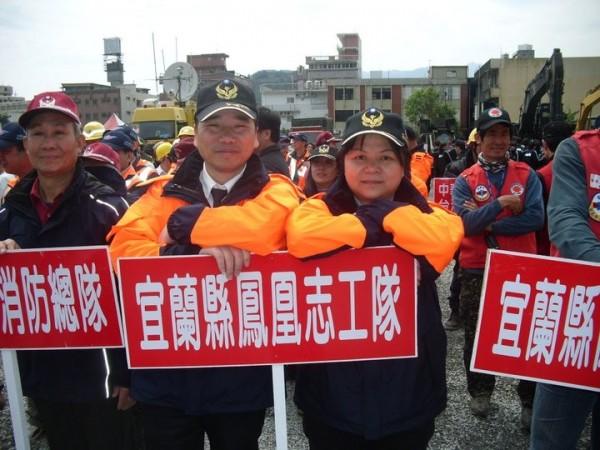 宜蘭鳳凰志工前副隊長潘美秋(右)從民國95年加入志工隊後,就一直跟大隊長邱鴻圖(左)四處奔波,為救護志工加入義消編制請命。(宜蘭鳳凰志工提供)