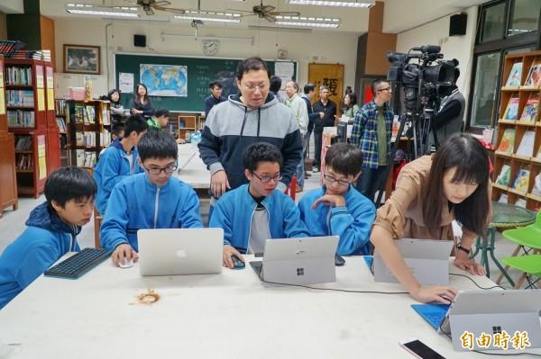 新竹縣政府與微軟公司合作,邀請芎林國中、東安國小與秀巒國小,結合課程與遊戲,今天同步連線香港賽馬會小學進行視訊相見歡活動。(記者廖雪茹攝)