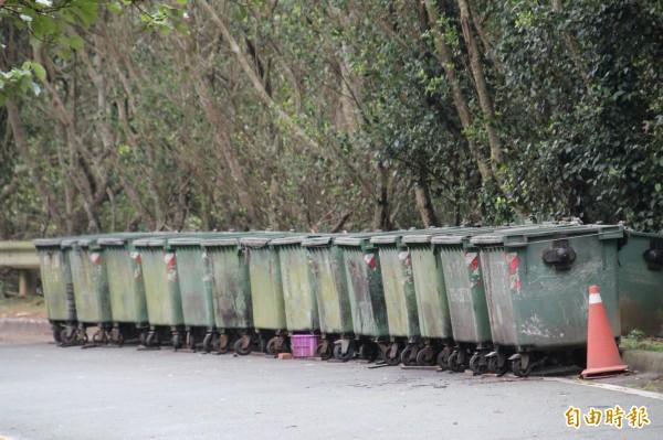 國道3號關西服務區的垃圾子車露天堆置,承攬服務區營運的業者表示,將建請高公局評估是否還有空間或其他方案改善。(記者黃美珠攝)