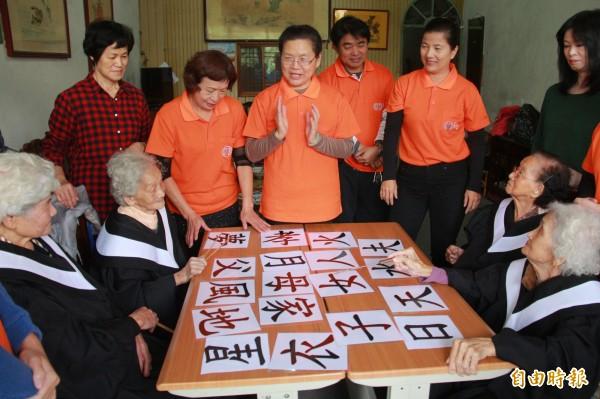 弘道老人福利基金會舉辦居家學堂,以活潑教學配合圖卡方式讓長者識字。(記者陳冠備攝)