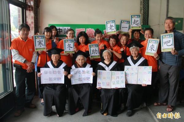 弘道老人福利基金會舉辦百歲小學堂,鼓勵長者活到老學到老。(記者陳冠備攝)