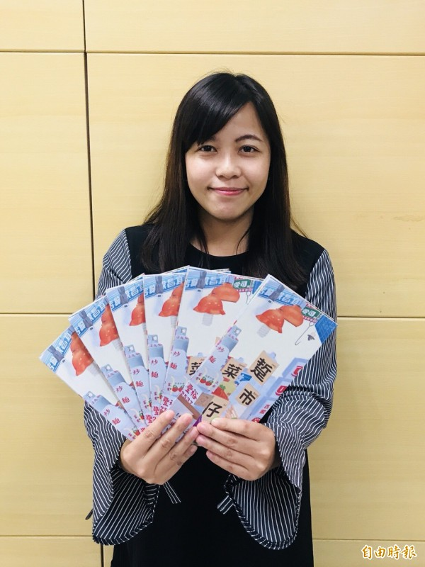 台南市觀光旅遊局推出「踅菜市仔摺頁」,帶遊客走入菜市場尋找台南味。(記者劉婉君攝)