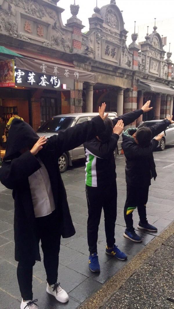 至善高中學生當導遊,明帶日本高校生嗨逛大溪老街,今天進行彩排。(至善高中提供)