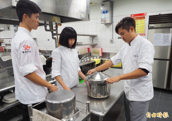 炒香後的薑與鴨肉用壓力鍋熬煮讓肉質鬆軟,學生煮備開鍋時香味四溢。(記者陳鳳麗攝)