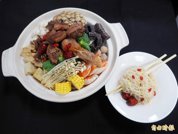 做薑母鴨火鍋可多加蔬菜和菇類。(記者陳鳳麗攝)