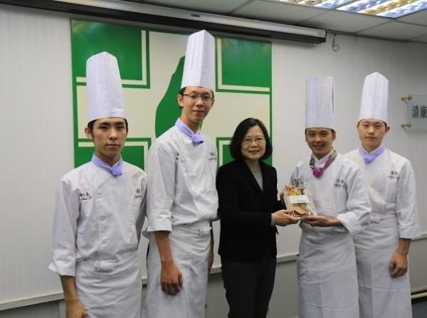 元培醫事科技大學餐管系老師陳麒文(右2)與客籍學生林亦晟(左1)共同討論做出來的便當,獲民進黨中央客家部舉辦的客家便當競賽冠軍,成為台灣第一的客家冠軍便當。(學校提供)