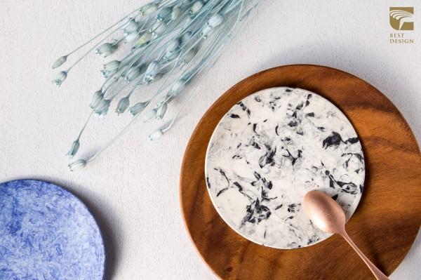 情侶檔設計師林昀廷、聶嘉希花2年時間實驗數百次,終於找到用植物纖維製作點心盤,獨特造型十分吸睛,拿下2017金點設計獎產品設計類的最佳設計。(台灣創意設計中心提供)