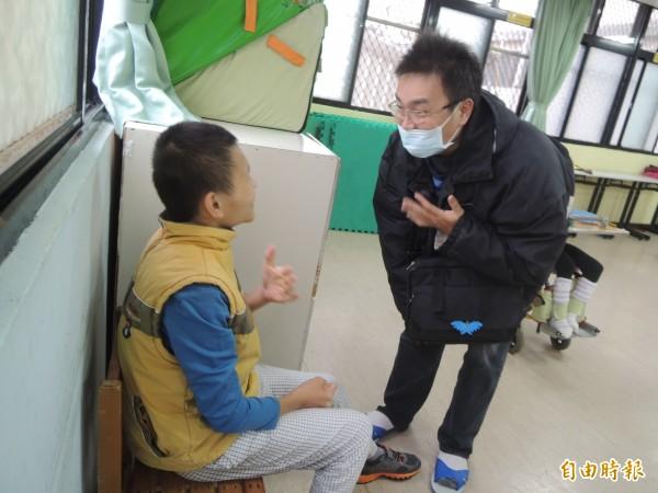 王憶東與病魔對抗期間,不曾放棄過多重障礙的兒子翔翔,10多年來都到竹東世光教養院定期探視。(記者廖雪茹攝)