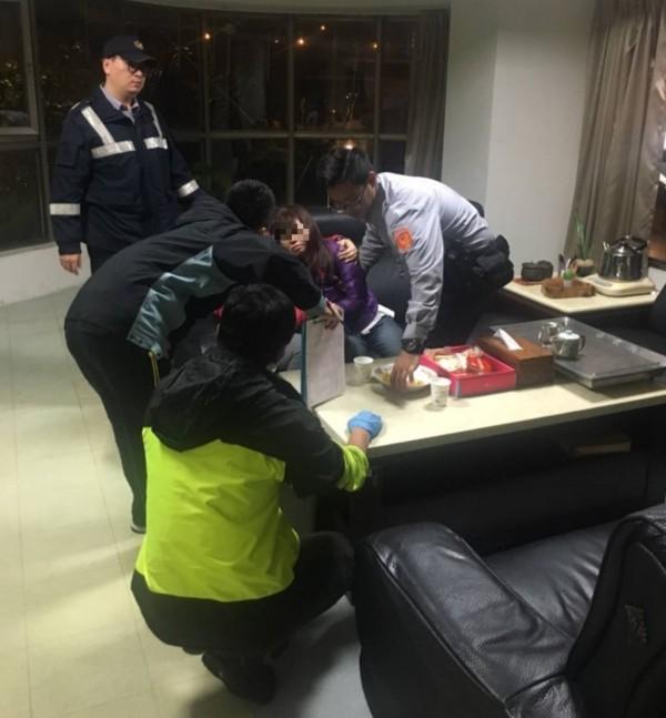 警方救下黃女後,安撫並將其送醫。(記者陳薏云翻攝)
