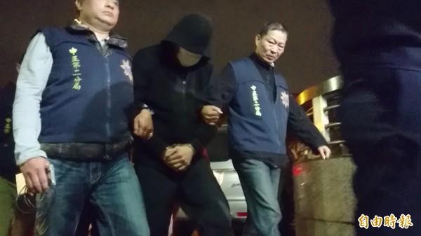 李姓老闆被帶回警局。(記者王冠仁攝)