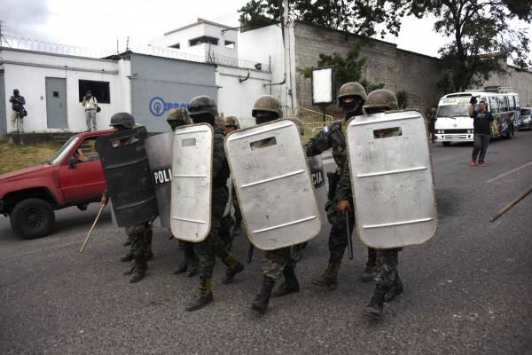 宏都拉斯總統大選最後結果難產,引發社會嚴重對立。圖為在該國首都德古西加巴維安的宏國軍警。(法新社)