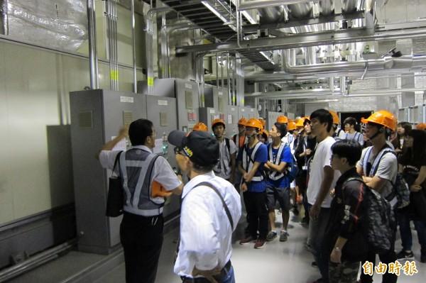 學生參訪業界空調設備。(記者黃旭磊攝)