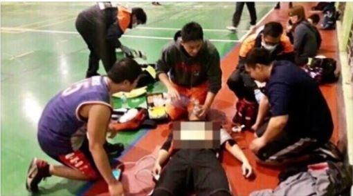 救護員同僚協助搶救。(記者劉慶侯翻攝自ICPR臉書)