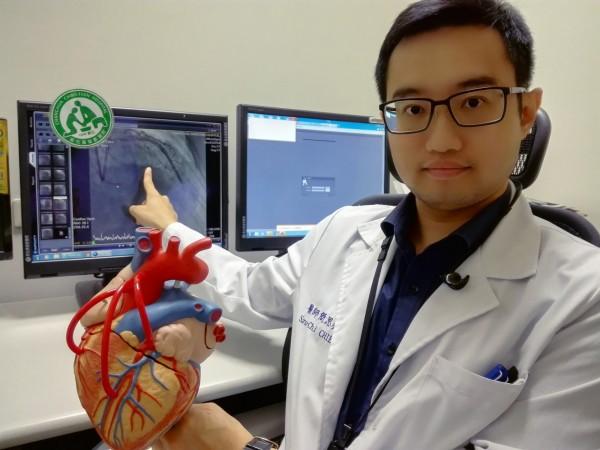 彰基心臟血管內科醫師簡思齊指出,患者冠狀動脈左前降支及左迴旋支皆出現完全阻塞。(記者湯世名翻攝)