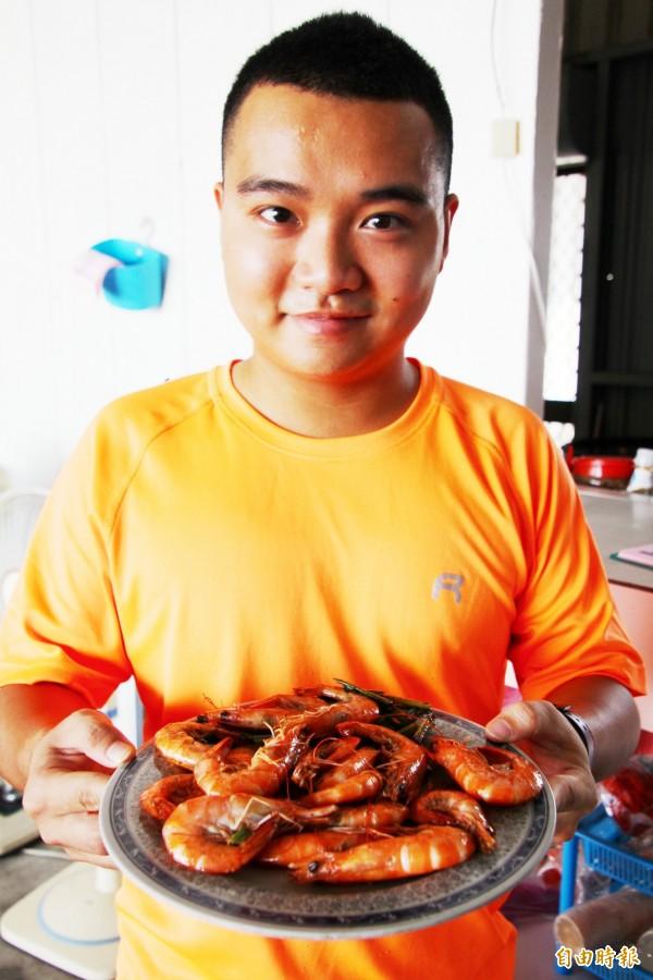 陳玉花的兒子曾中泰在店中幫忙。(記者林宜樟攝)