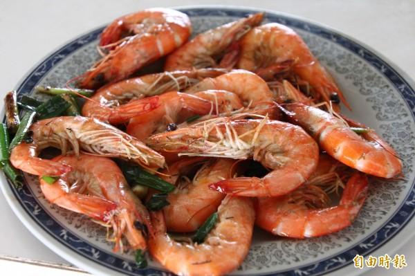 美味蝦子是自家養殖。(記者林宜樟攝)