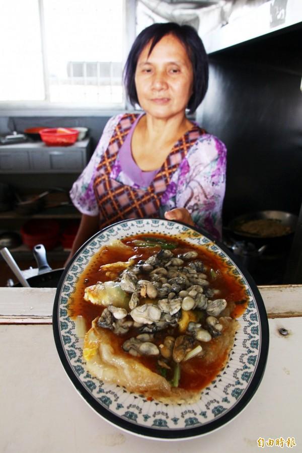 蚵仔煎是招牌料理。(記者林宜樟攝)