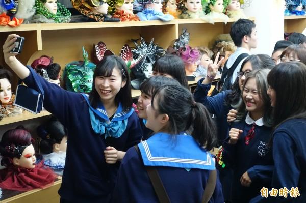 日本高校生首度到長榮女中開心合照。(記者洪瑞琴攝)(