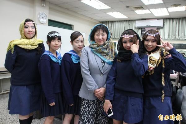 日本高校生到長榮女中參訪,體驗造型設計課程。(記者洪瑞琴攝)