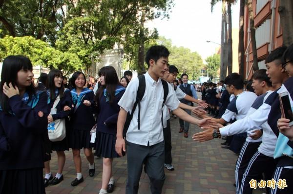 日本北陸高校師生造訪長榮女中,受到熱烈歡迎。(記者洪瑞琴攝)