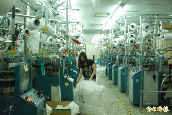 台灣有廣大的「中小企業」勞工,他們的收入停留在3、4萬元,這些人為了家庭,必須想辦法「加班」。(記者顏宏駿攝)