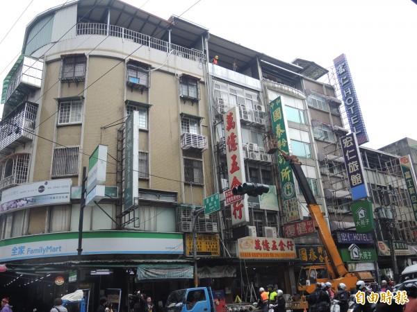 新北市今天拆除位於中和景新街的頂加違建。(記者翁聿煌攝)