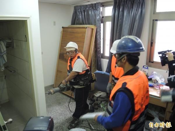 屋主將2層違建改裝成17間套房,拆除人員今在6樓進行隔間拆除。(記者翁聿煌攝)