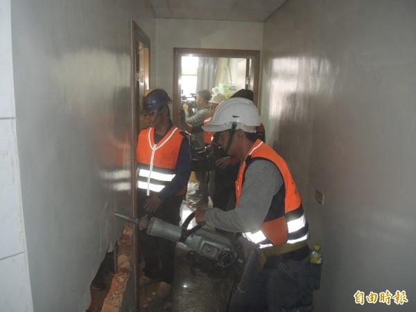 工作人員開始執行拆除頂加違建。(記者翁聿煌攝)