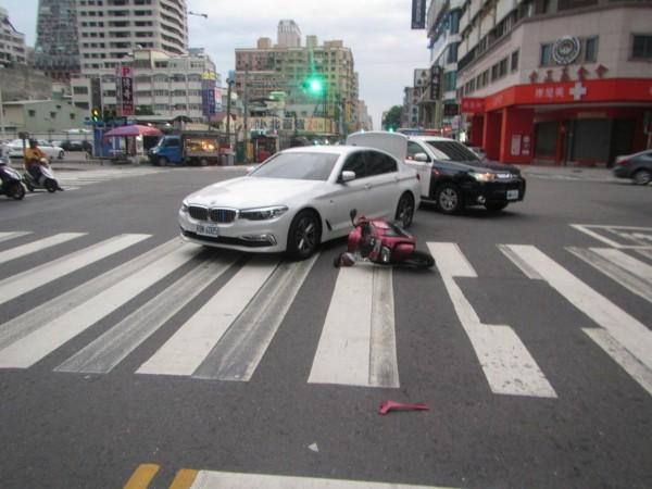 75歲無照婦人疑似違規騎車撞上BMW轎車。(記者黃旭磊翻攝)