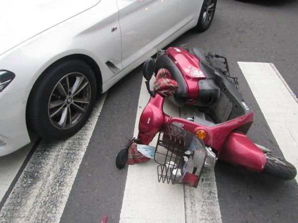 2車均受損。(記者黃旭磊翻攝)