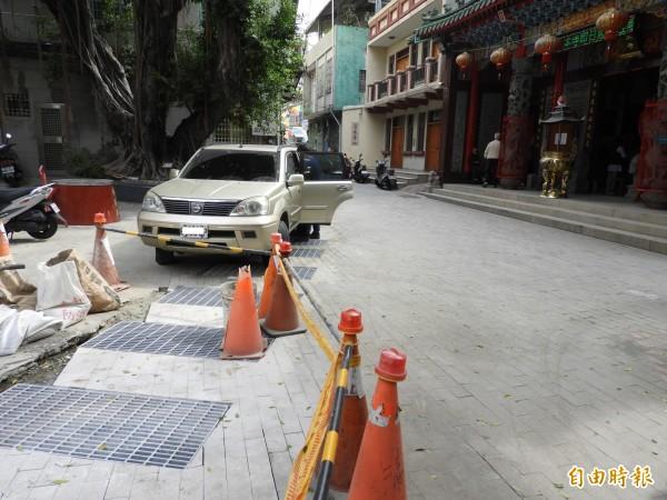 清水寺前枋溪水道,目前以移動式格柵加蓋。(記者洪瑞琴攝)