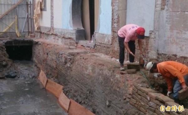 西羅殿旁的南河港,日前因工程開挖而意外露出舊河道。(記者洪瑞琴攝)